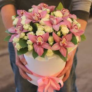 Орхидеи и кустовая роза в коробке R799