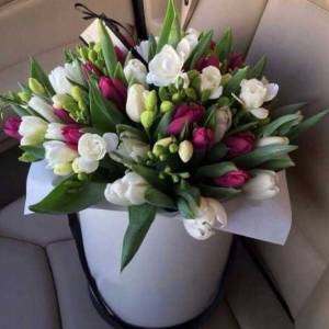 Сборная коробка с фрезией и тюльпанами R858