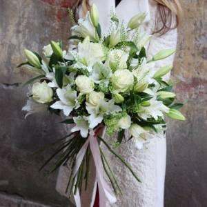 Букет 15 веток лилии с розами и зеленью с лентами R1504